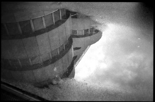 Rückblick und Reflektion des winterlichen Himmels und des Treppenhauses am ICC Berlin. - © bildraum-f | fotografie