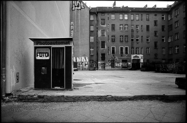 Fotoautomat in einer Baulücke an der Warschauer Straße, Friedrichshain