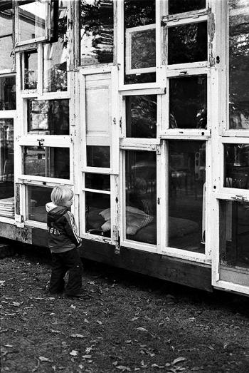 Traumhaus - Sperrholz mit Geschichte, mobile Architektur von Kyohei Sakaguchi vor dem Haus der Berliner Festspiele. Aufgestellt im Rahmen der Foreign Affairs Ende Oktober. - © bildraum-f | fotografie